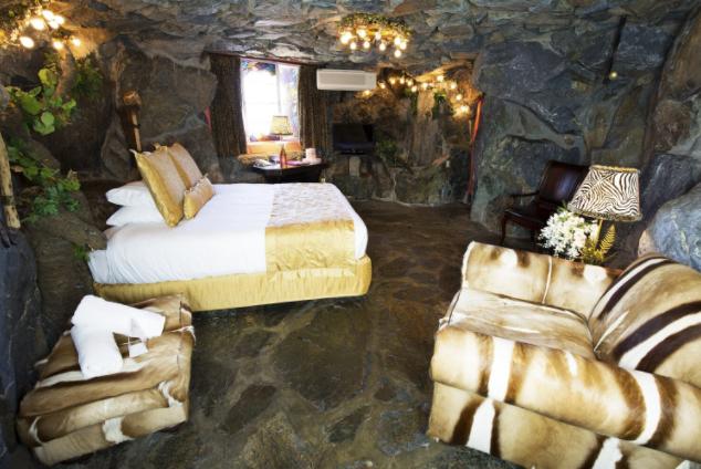 Комната пещерного человека в отеле в городе Сан-Луис-Обиспо.