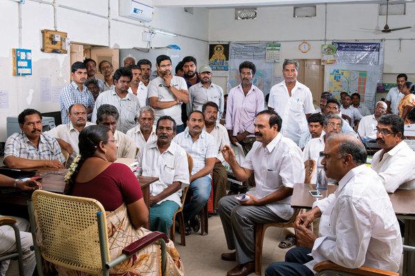 Маллела Сешагири Рао (в центре справа), фермер и инженер, который возглавлял оппозицию Амаравати, разговаривает с чиновником от лица жителей