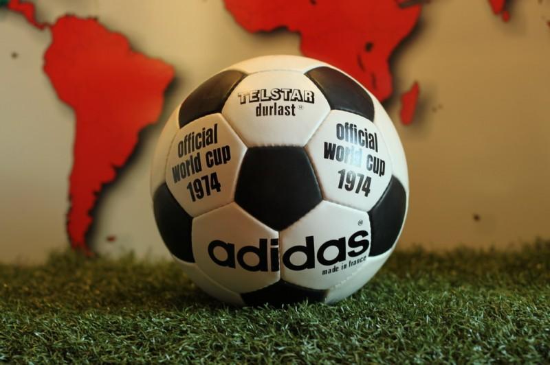 Описание: Описание: https://statics.sportskeeda.com/wp-content/uploads/2015/09/adidas-telstar-1974-fifa-world-cup-germany-replica-ball-football-soccer-3-1381436296-1443100496-800.jpg