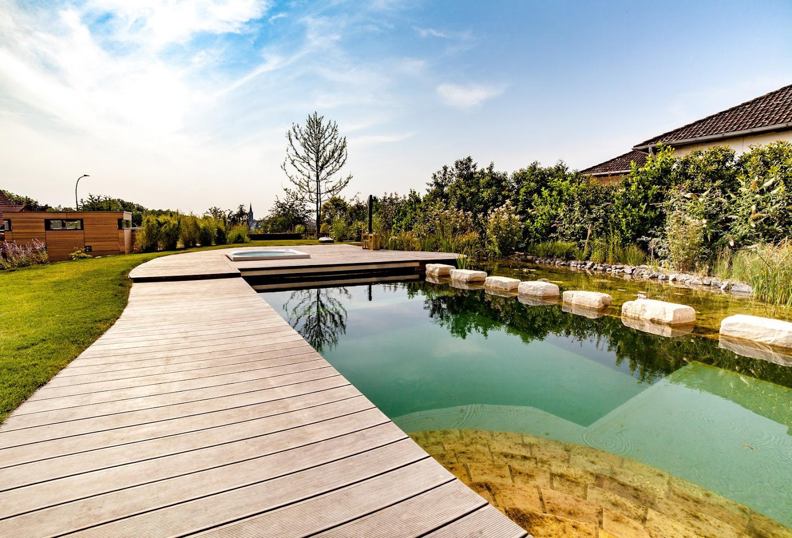 Holzterrasse mit einem integrierten natürlichen Teich