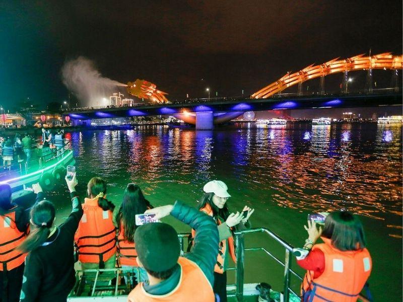 Du thuyền Rồng Sông Hàn rộng rãi, thoáng mát