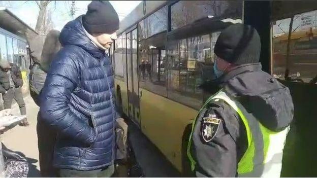 На автобусной остановке в одном из районов Киева