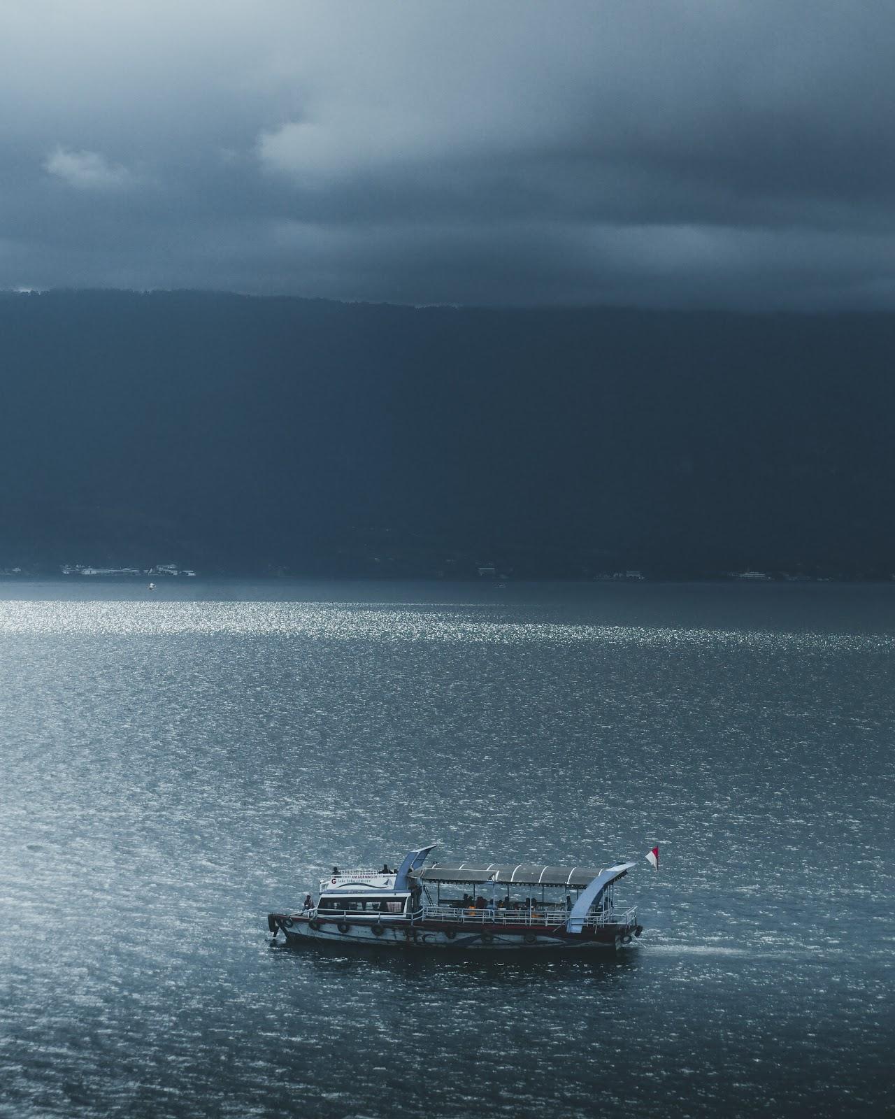 suhu air yang sangat dingin di danau toba
