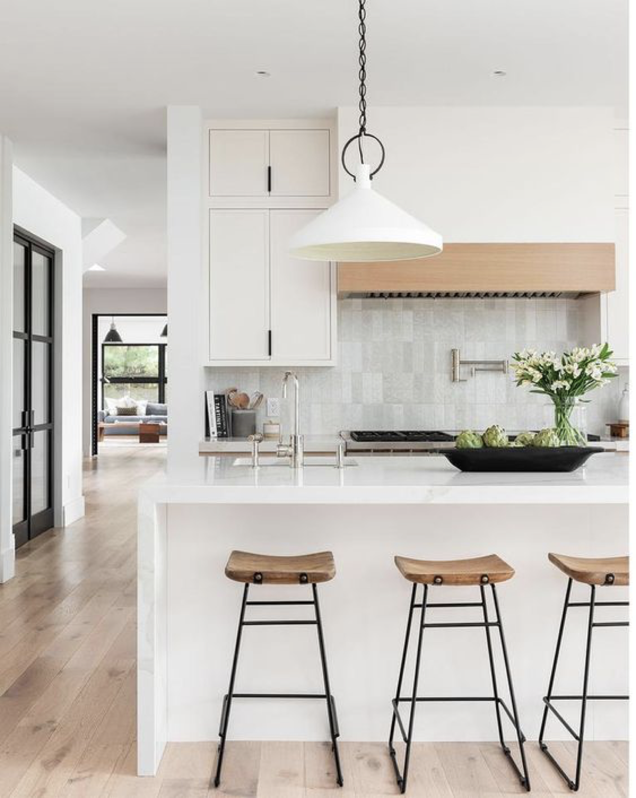 Desain Dapur Minimalis Dengan Meja dan Kursi Bar – source: pinterest.com