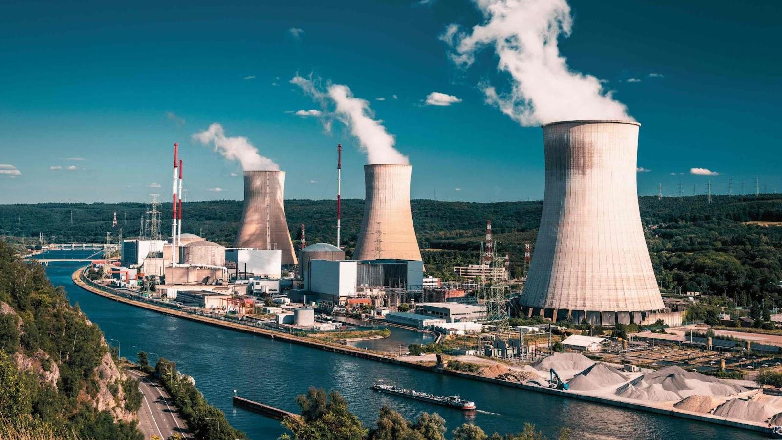 Centrale nucléaire - Cheminées réacteurs
