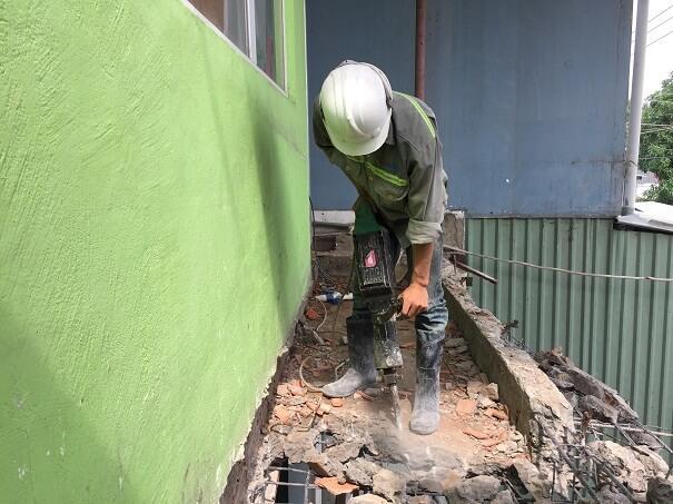 Nhân viên tiến hành đục phá công trình theo yêu cầu