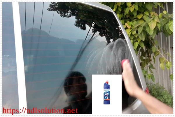 Làm sạch kính ô tô bằng dung dịch vệ sinh bồn cầu