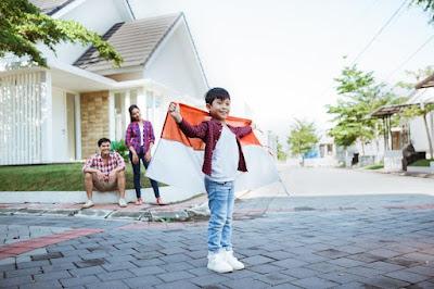 Anak membawa bendera
