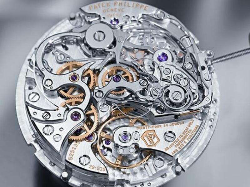 """Bộ máy cơ của những """"cỗ máy thời gian"""" cho thấy mức độ phức tạp, cầu kỳ trong khâu sản xuất."""
