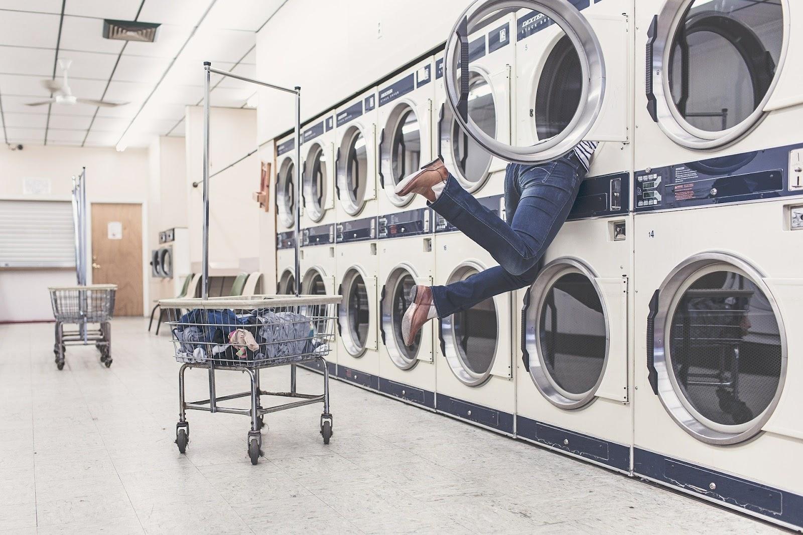 Man in wasmachine