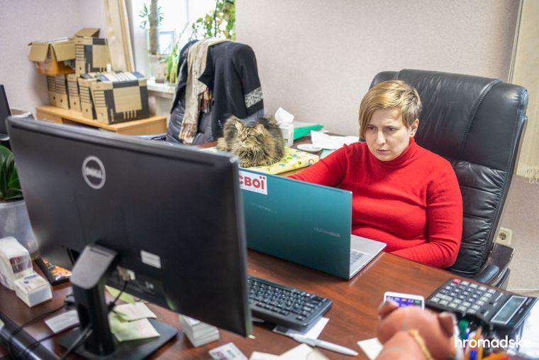 Ирина Кошкина, сотрдница фонда «Свои» общается в прямом эфире с журналистами одного из телеканалов, рассказывая о борьбе с пандемией, 23 марта 2021 года