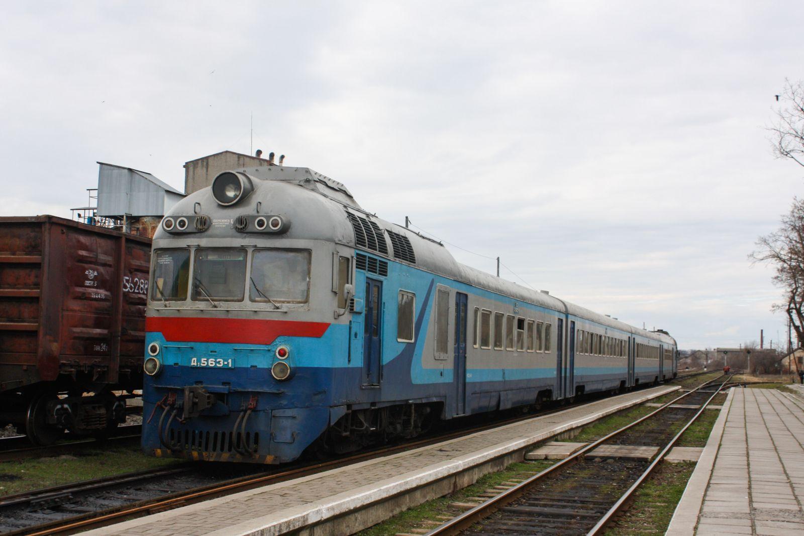 Дизельный поезд на вокзале в Берегово
