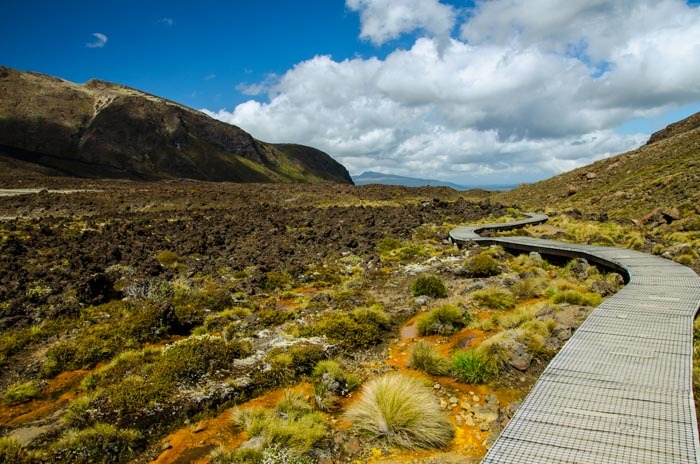 Pohled směrem ke startu treku Tongariro Alpine Crossing.