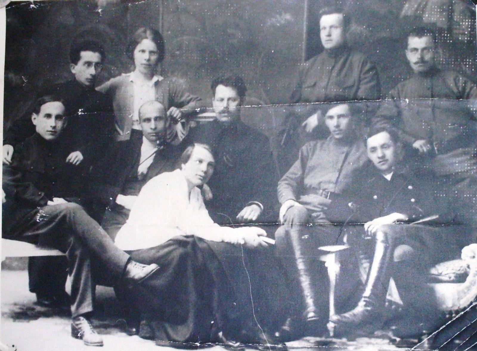 Харківська комендатура березня 1918-го. Крайні праворуч стоять брати Саєнки. У студентській тужурці сидить Ньома Фельдман. Біля нього — майбутній прокурор Москви Костя Маслов. Тут про кожного можна окрему статтю написати