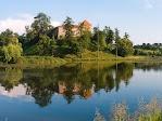 Свиржский замок отражается в глади озера