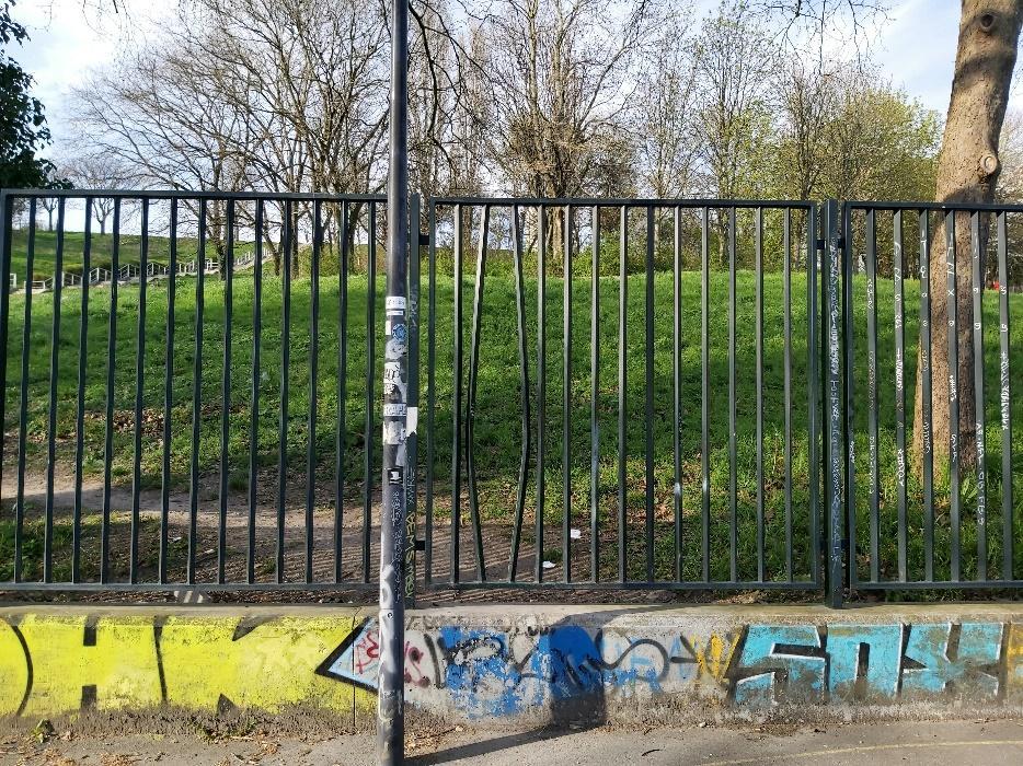 Uma imagem contendo cerca, ao ar livre, grama, parque  Descrição gerada automaticamente