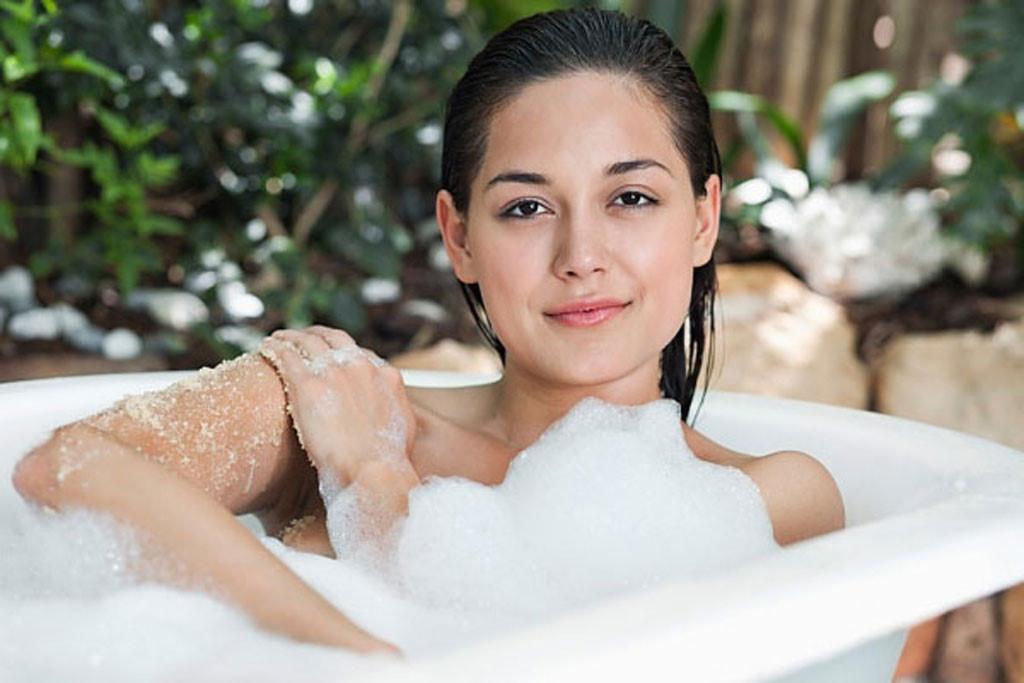 Việc tắm bằng sữa tắm giúp cơ thể thư giãn, thải độc và giúp da dẻo dai hơn