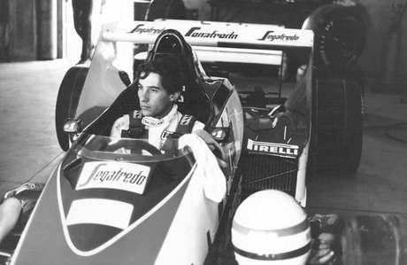 <p>Em 25 de março de 1984, há exatos 30 anos, Ayrton Senna fazia sua estreia na Fórmula 1. Então campeão da F3 inglesa, Ayrton foi contratado para correr pela Toleman, estreando justamente no Grande Prêmio do Brasil, no Autódromo de Jacarepaguá (Rio de Janeiro). Em poucas voltas diante do público carioca, Senna teve uma atuação discreta e abandonou com problemas de motor.</p>