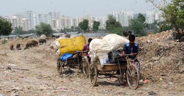 Há montanhas de lixo, em meio aos condomínios de luxo de Gurgaon (Fonte: The Guardian/Reprodução)