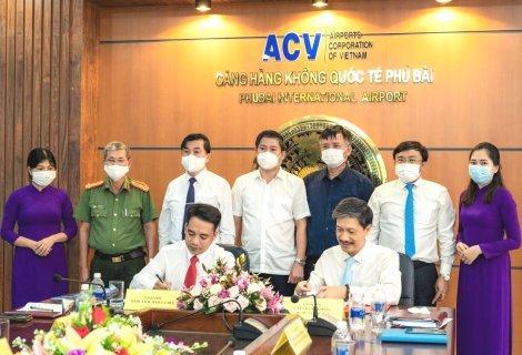 Ông Trần Hữu Thùy Giang – Giám đốc Sở Du lịch và ông Nguyễn Đức Tiến – Giám đốc Cảng hàng không quốc tế Phú Bài ký kết thỏa thuận hợp tác
