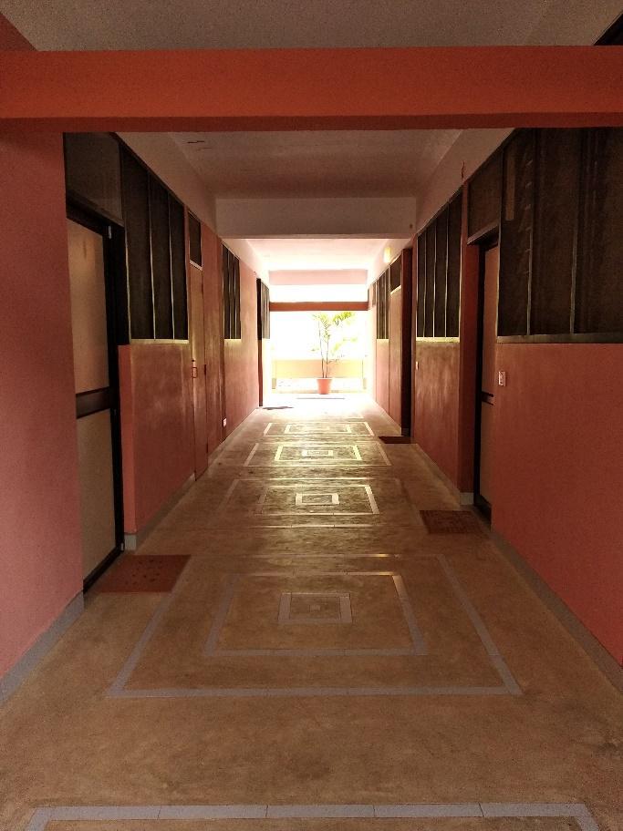 Di dalam apartemen menggunakan fasad dan layout desain ruangan interior yang sama
