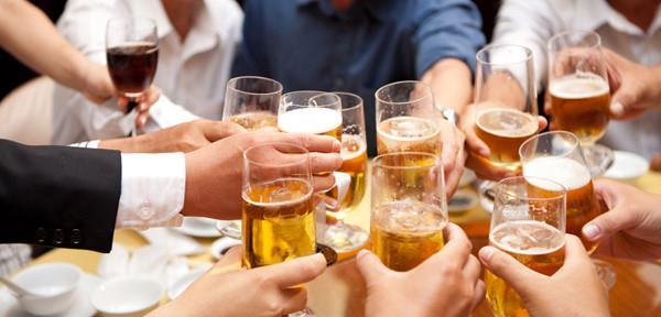 Nam giới tiếp xúc với nhiều bia rượu nên uống rượu sâm