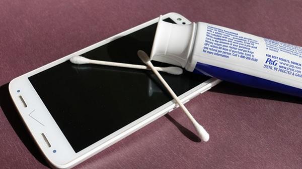 Sử dụng kem đánh răng cực kỳ hiệu quả để loại bỏ những vết xước nhỏ
