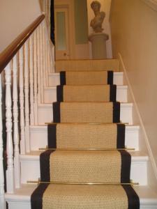 Coirbleget trappe tæppe med brun linned grænse