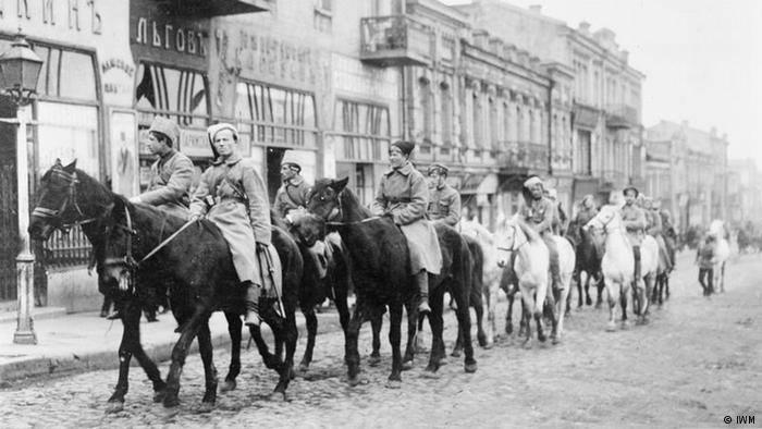 Українська кіннота УНР рухається вулицями Києва після вступу до української столиці  1 березня 1918 року