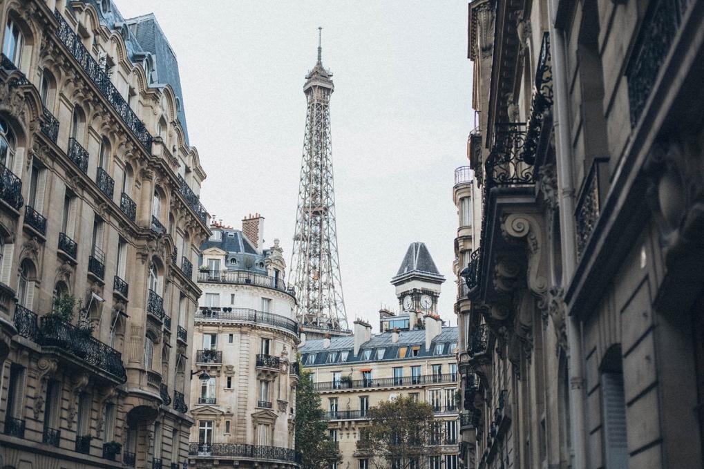 Calle de ciudad con edificios altos  Descripción generada automáticamente