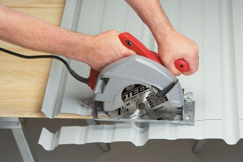 Sử dụng lưỡi dao kim loại để cắt tấm tôn giúp hạn chế mạt sắt nóng