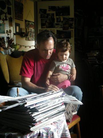 C:\TRABALHO\vanessasc\Maria Luiza e Clarissa\Maria Luiza - 2007\Maria Luiza - 2007 - 7\Reino Unido\Com papito, lendo livros.jpg