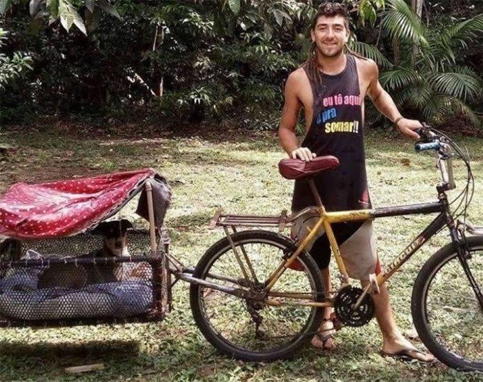 Alejandro adaptou bike de entregas com um cesto e um teto improvisado.