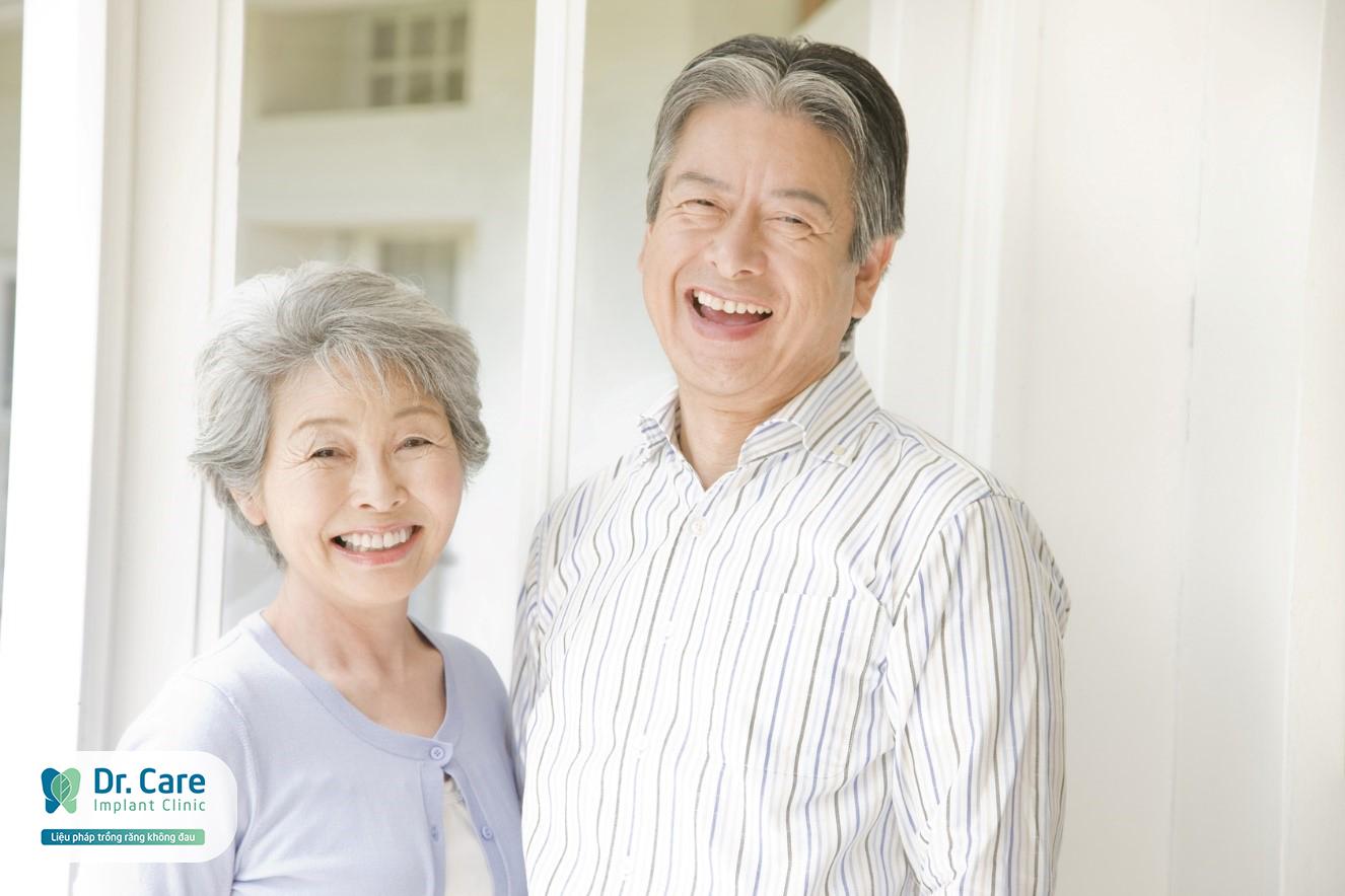 trồng răng implant cho người trung niên