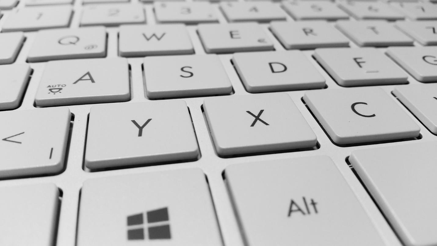 Картина, която съдържа електроника, клавиатура, компютър, закрито  Описанието е генерирано автоматично