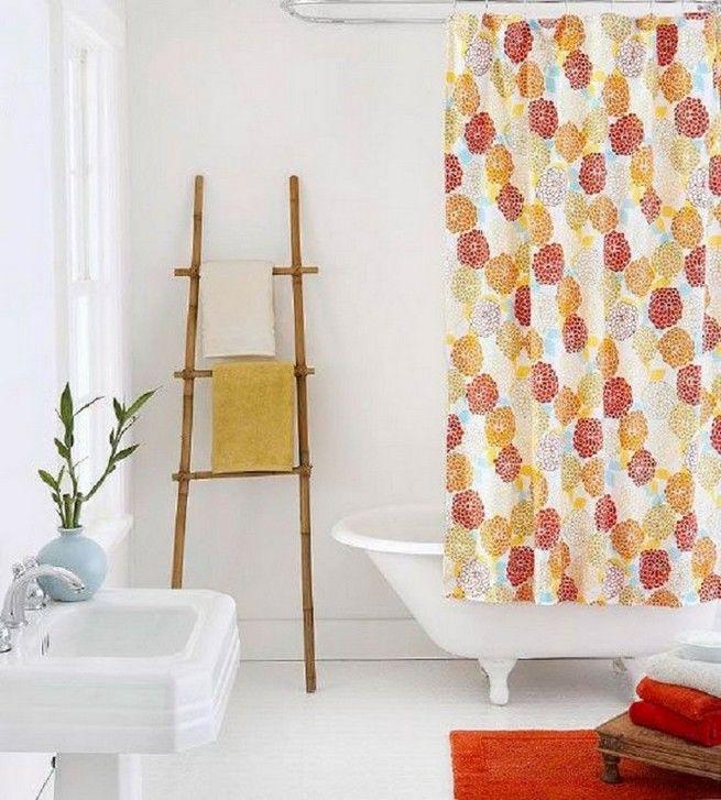 Giá treo hình chiếc thang và một tấm rèm họa tiếtcho phòng tắm vintage đẹp ấn tượng