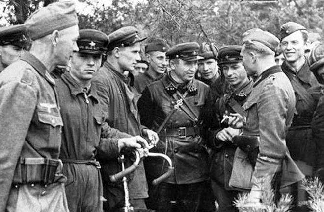Зустріч німецьких і радянських солдат на початку Другої світової війни