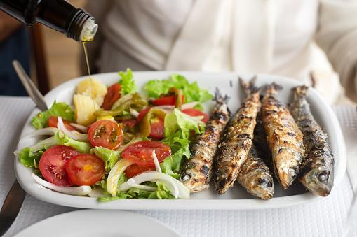 https://media.istockphoto.com/photos/grilled-sardines-with-salad-and-olive-oil-on-white-dish-picture-id1146449909?b=1&k=6&m=1146449909&s=170667a&w=0&h=va4HZnnn69vtmxO6OfUsIH67gw6CS34pw3wL9PyMLdU=