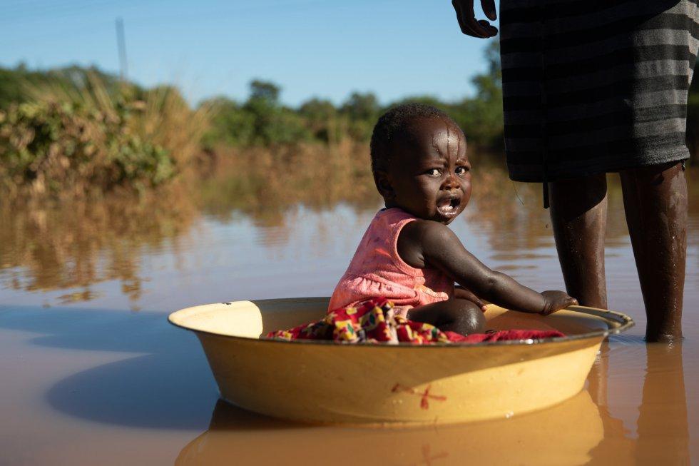 El Gobierno de Mozambique y distintas organizaciones no gubernamentales como Médicos Sin Fronteras ya han organizado un centro de tratamiento para el cólera. El acceso a agua potable aún es limitado. En la imagen, una madre baña a su hija en agua estancada producto de las inundaciones del ciclón en Matarara.