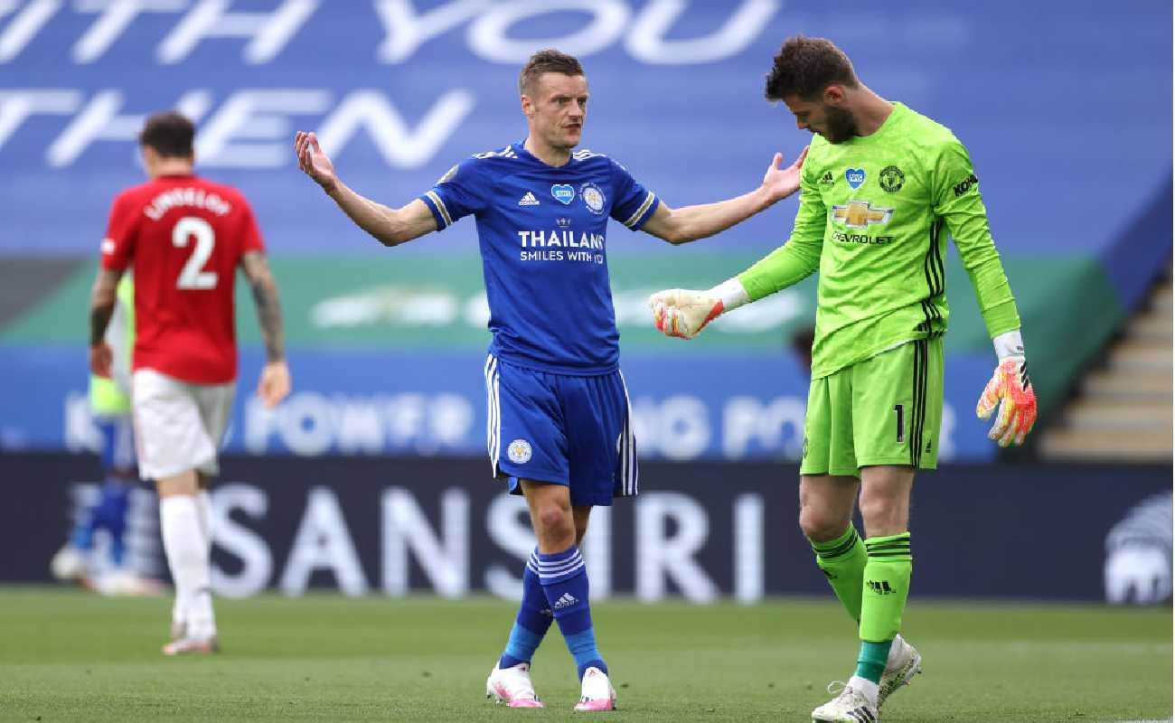 Alt: Jamie Vardy of Leicester City confronts Manchester United's goalkeeper David de Gea - Photo by Carl Recine/Pool via Getty Images