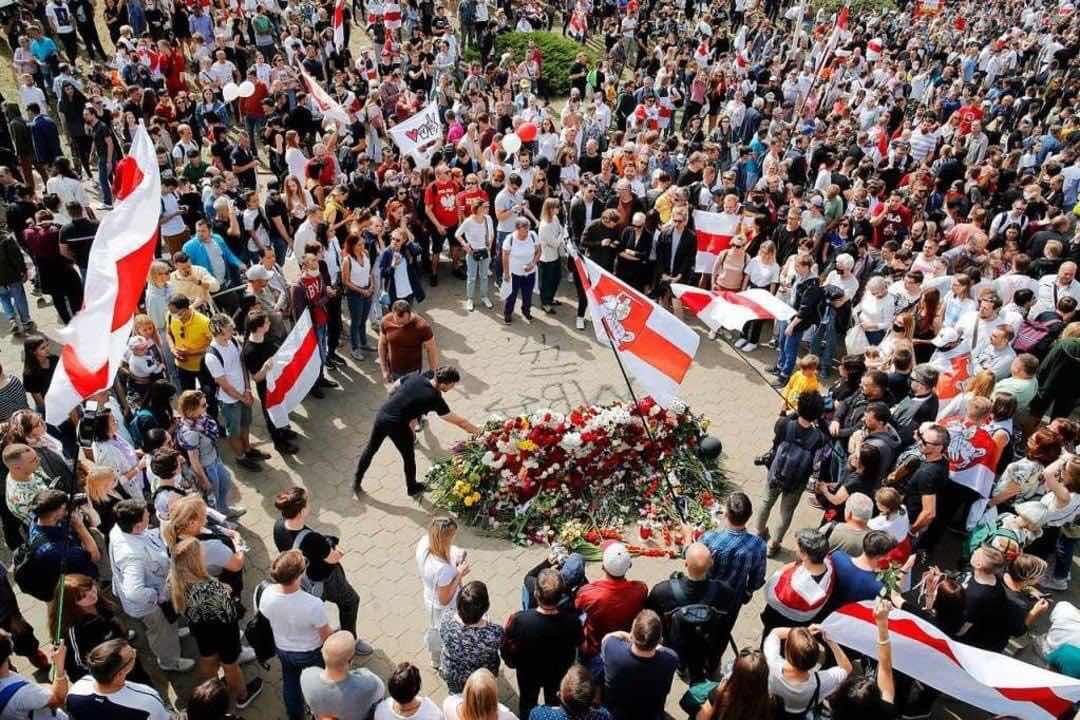 Người biểu tình không cần có chỉ đạọ, không có kế hoạch vẫn tự động để hoa thành ngôi mộ tưởng niệm một thanh niêni bị chết vì bạo lực cảnh sát.