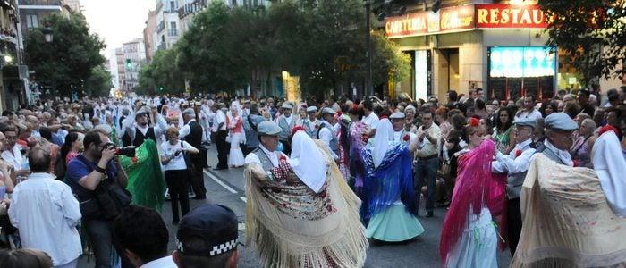 Baile de chotis en las fiestas de La Paloma. / Cedida por: Ayuntamiento de Madrid.