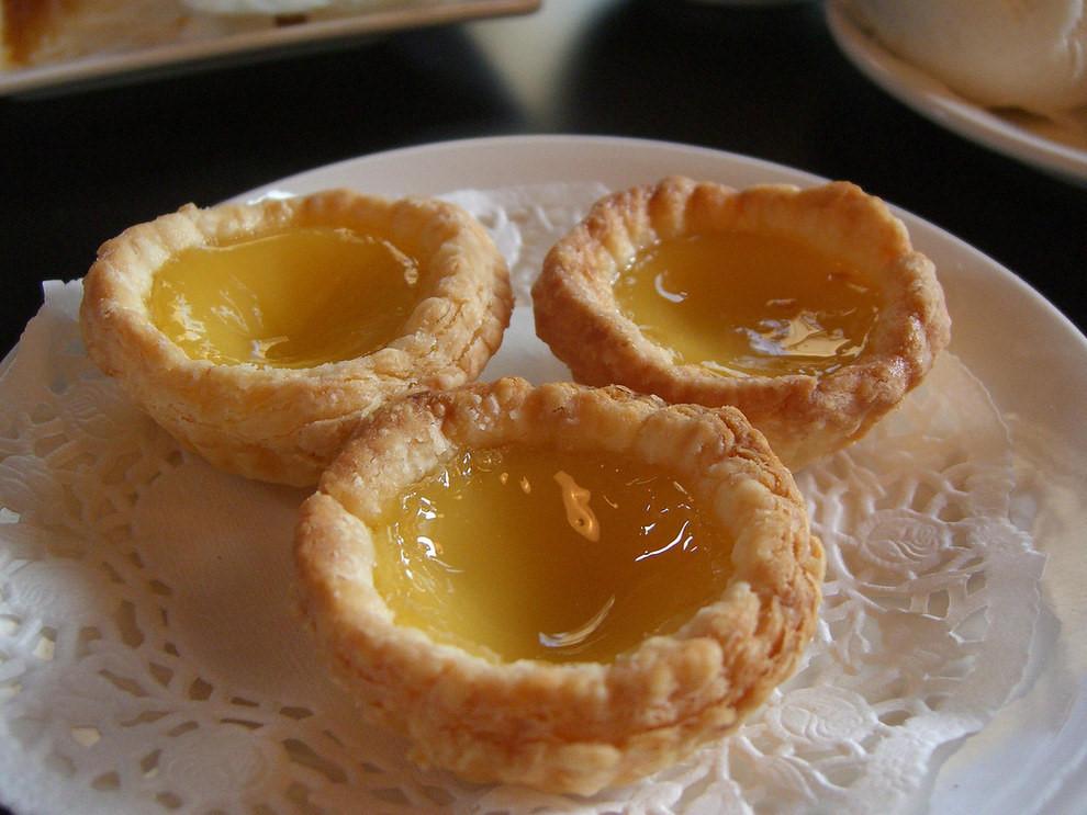 Egg Tart (Bánh trứng): Phần nhân ngọt ngào, béo ngậy làm từ trứng và sữa khiến món bánh này được nhiều người yêu thích.