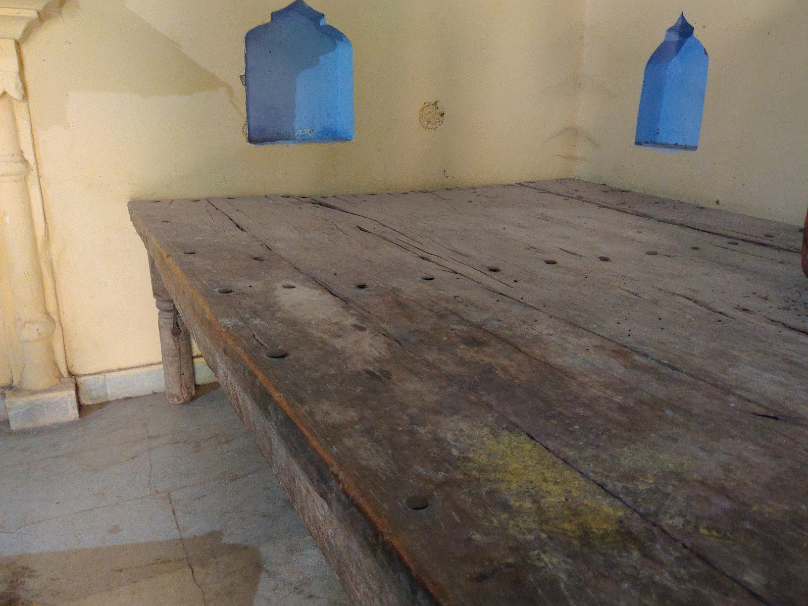 नीब करोरी बाबा के द्वारा लकड़ी से निर्मित पलंग