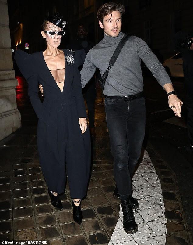 Celine Dion lại gây sốc khi diện váy xẻ sâu khoe ngực với cơ thể nhăn nheo - ảnh 1