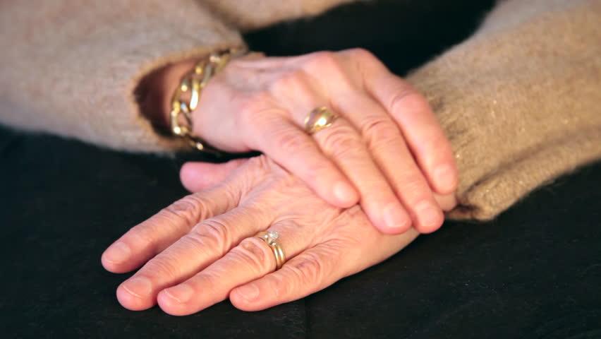 """Bàn tay """"già cỗi"""" không có nghĩa là mất đi nét đẹp quý phái, sự quyền lực đâu"""