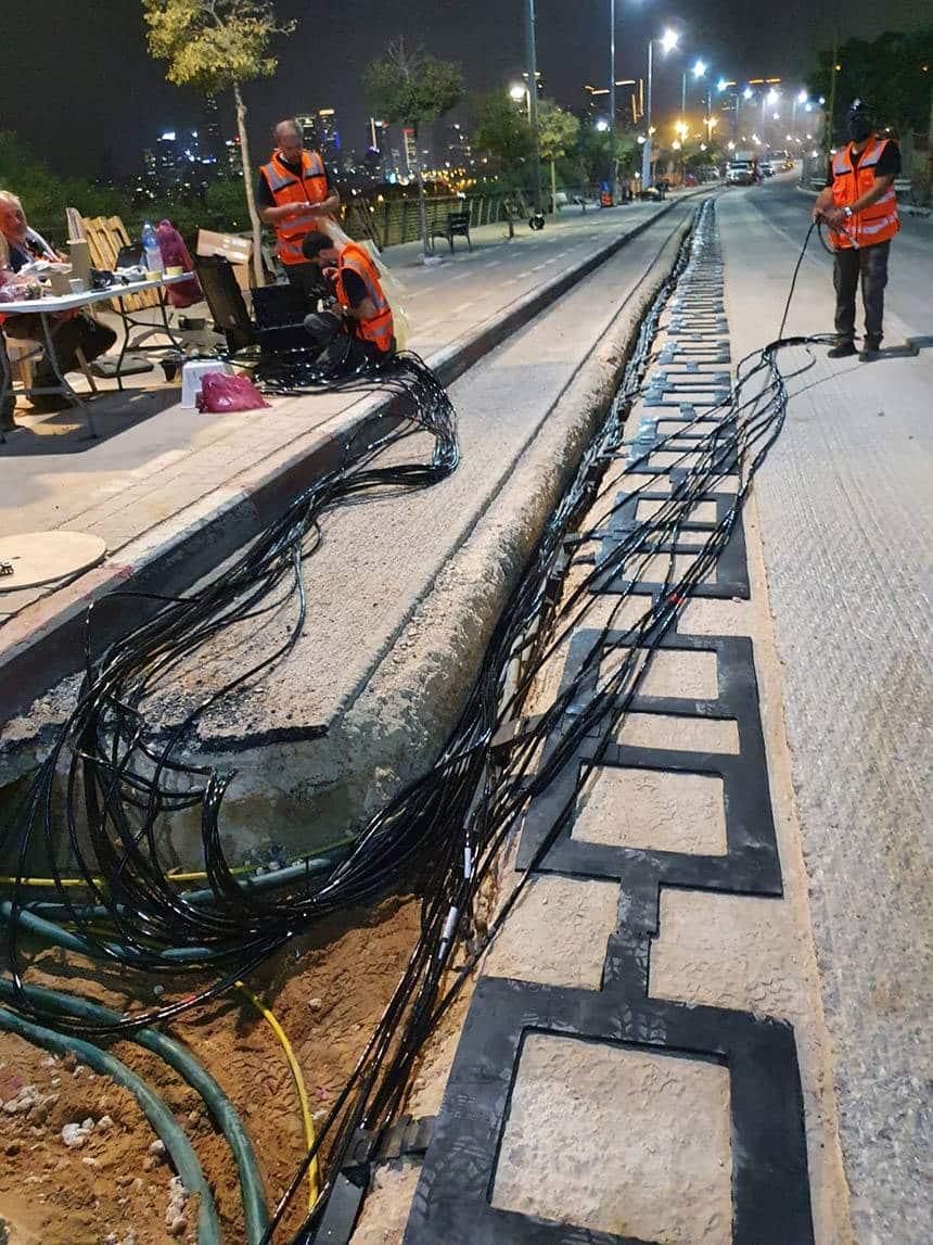 Via eletrificada sendo construída em Tel Aviv.