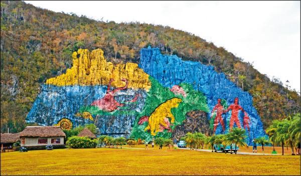以史前時代為主題的壁畫繪在廣大岩壁上,巨大岩石壁畫極為壯觀。
