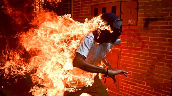 El jove en flames, la història darrere de la fotografia