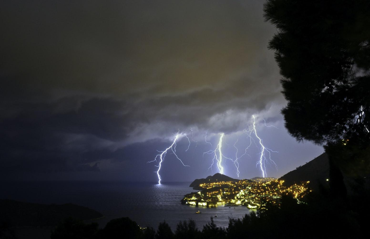 Mưa, lụt gây ảnh hưởng nghiêm trọng đến thiết bị điện